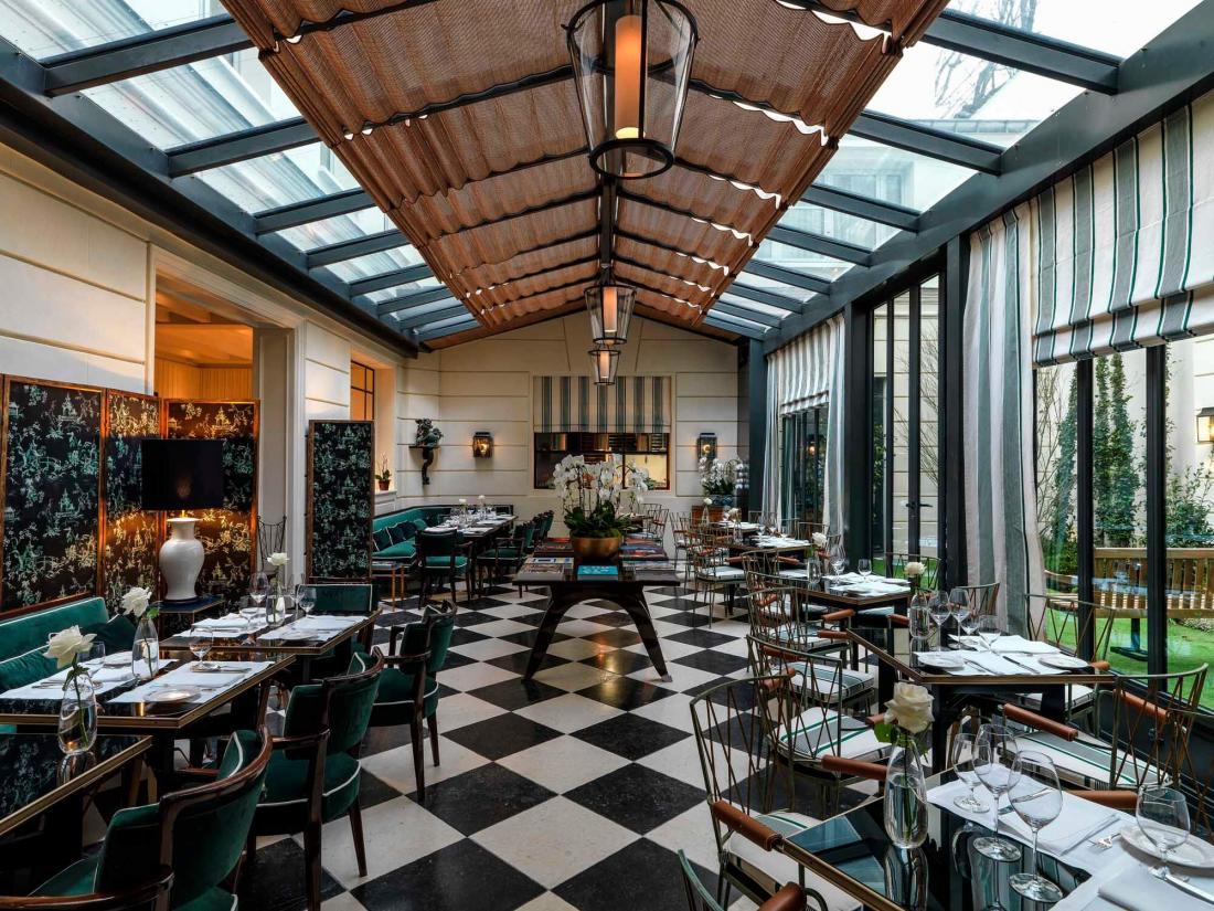 Le restaurant Casa Tua, avec sa cuisine ouverte sous une lumineuse verrière