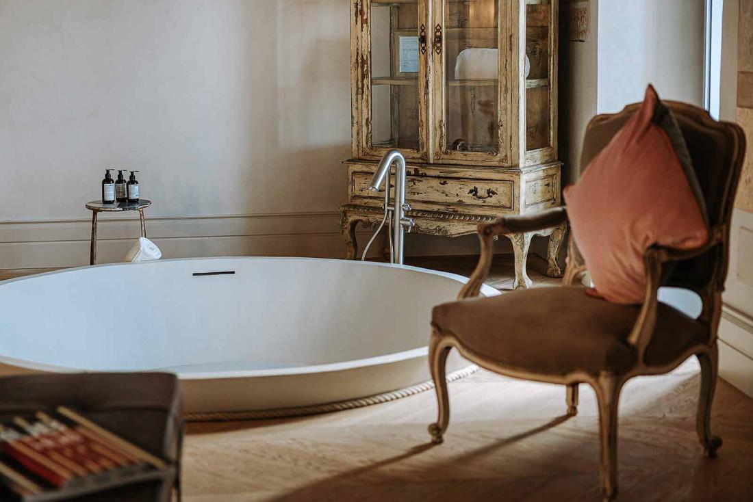 Dans la suite Paragon, la baignoire semi enterrée est une vraie sculpture