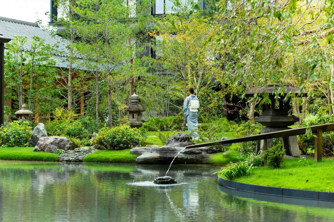 Le merveilleux jardin au milieu de l'hôtel suit le principe teiokuichinyo