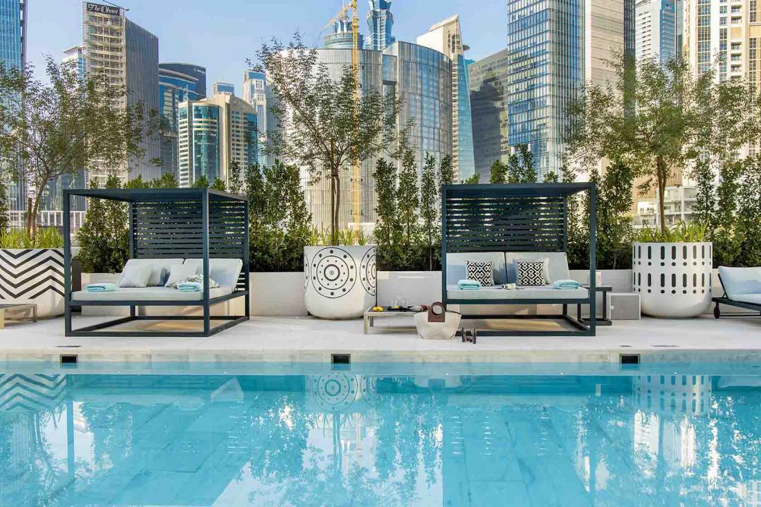 L'hôtel possède une piscine extérieure et un spa de 650 m2
