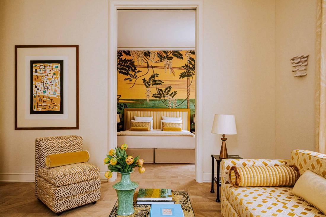 Chaque mur derrière les lits est habillé d'une tapisserie japonisante