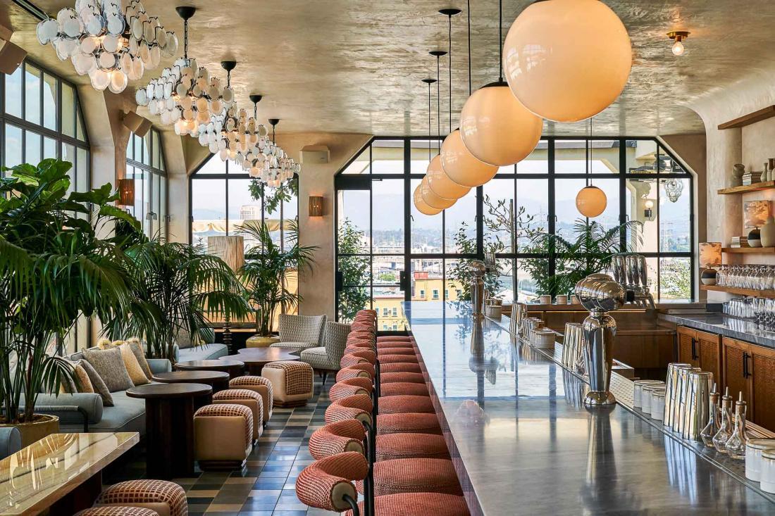 House Kitchen et le Rooftop Terrace and Bar servant un menu éclectique contemporain.