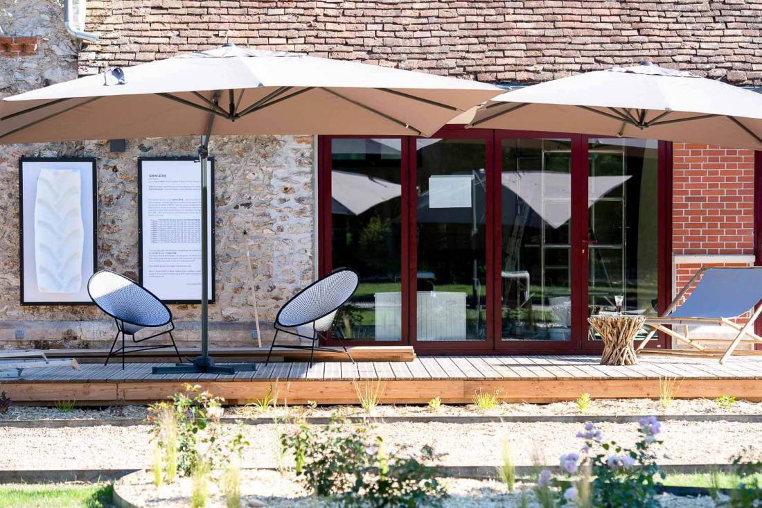 La longère, entièrement rénové,  abrite les espaces communs : restaurant, bar ou bibliothèque