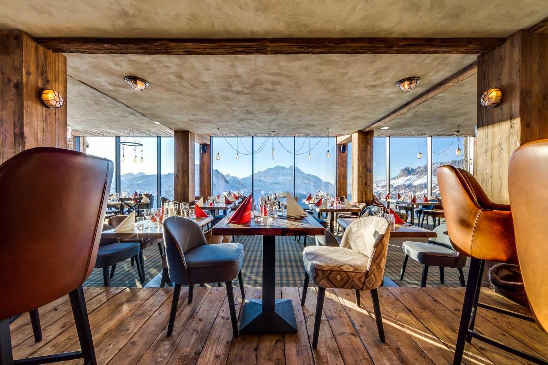 Le restaurant offre une vue vertigineuse sur le village et les montagnes