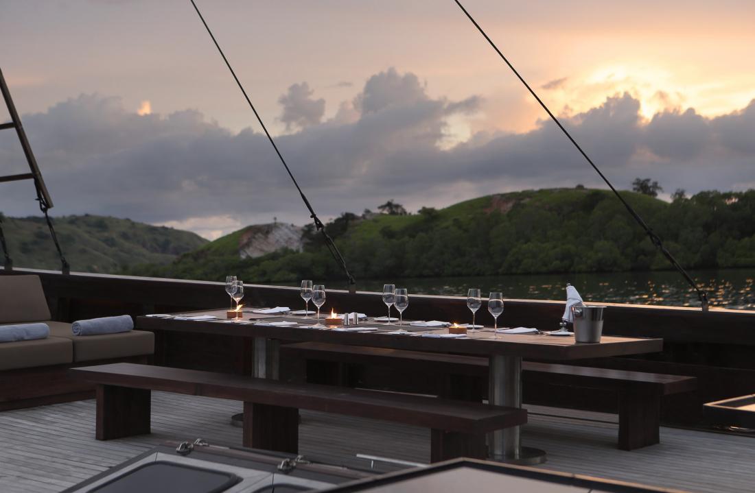 Le soir venu, le dîner se prend sur le pont, le soleil couchant à l'horizon…