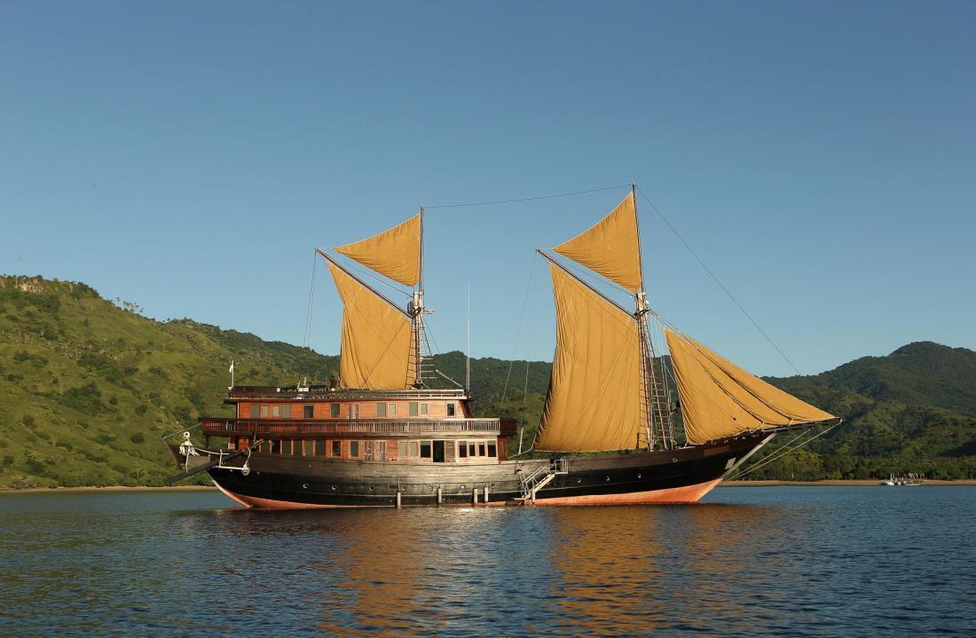 Embarcation luxueuse de 46 mètres de long, l'Alila Purnama propose un voyage dans le temps, aux grandes heures des phinisis indonésiens.