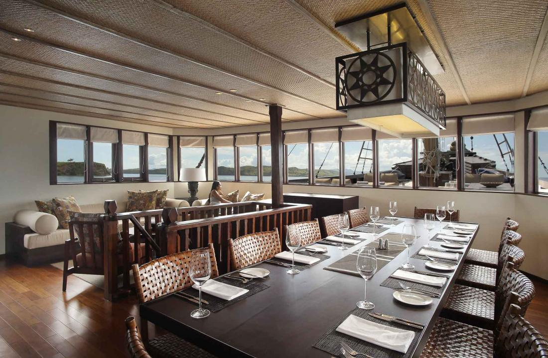 En intérieur, une salle de réception décorée de matériaux précieux, qui reflète la finesse de la culture indonésienne.
