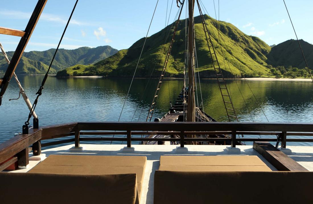 Sur le pont, les heures s'égrènent au rythme des paysages de végétation, montagnes et forêts tropicales.