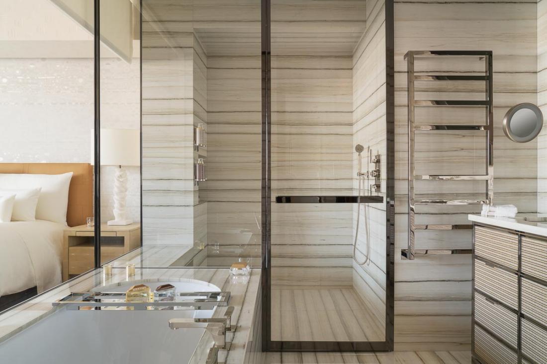 Entièrement ouvertes sur la chambre et habillées de marbre, les salles de bain sont somptueuses