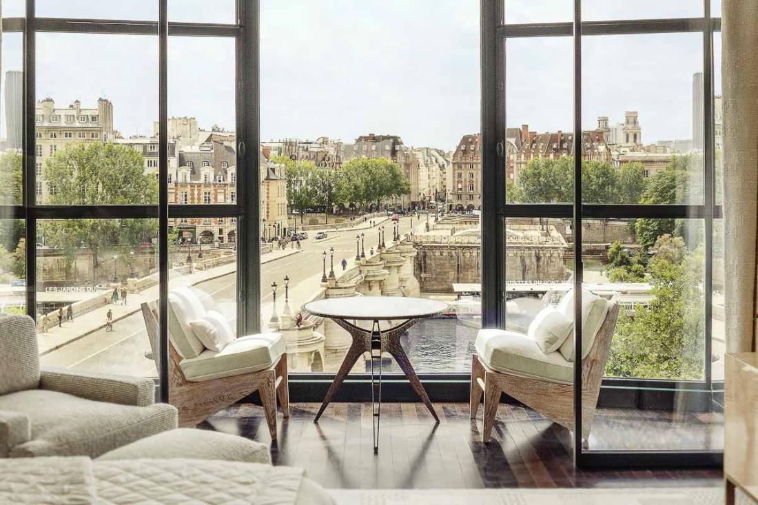 Vue de carte postale dans les chambres avec vue sur la Seine et le Pont Neuf