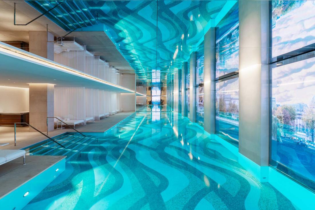 Au sein du spa, une piscine de 30 mètres depuis laquelle on admire les bords de Seine, reproduits en vidéo par une œuvre numérique