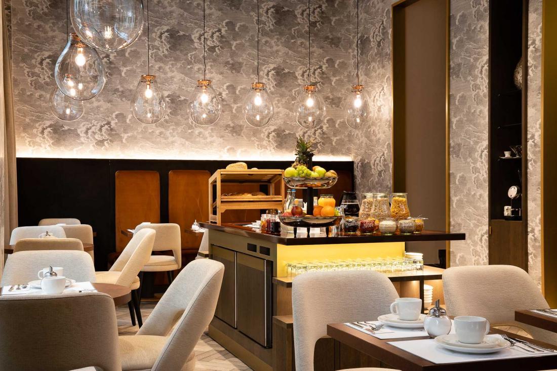 Au rez de chaussée, une salle de petit-déjeuner chaleureuse dont le buffet est exclusivement composé de produits bios