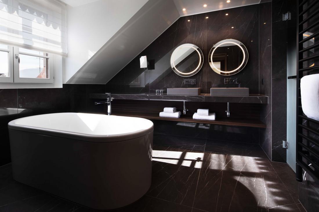 La salle de bains, presque aussi grande que la chambre, impose un choix cornélien entre baignoire et vaste douche à l'italienne