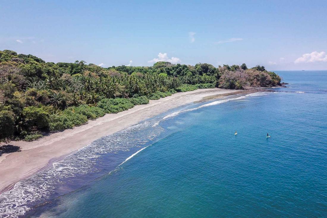 Véritable paradis des sports nautiques, l'île est le terrain de jeu idéal d'une robinsonnade en pleine nature.