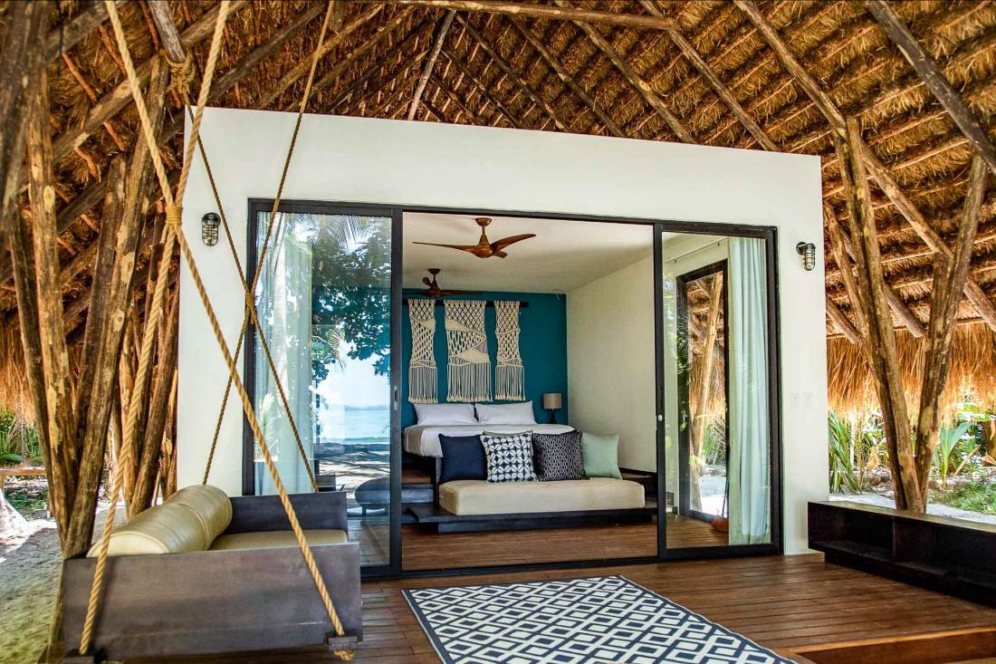Le design de chacune des chambres mêle à la perfection chic et sobriété, jouant sur les matières et lumières naturelles.