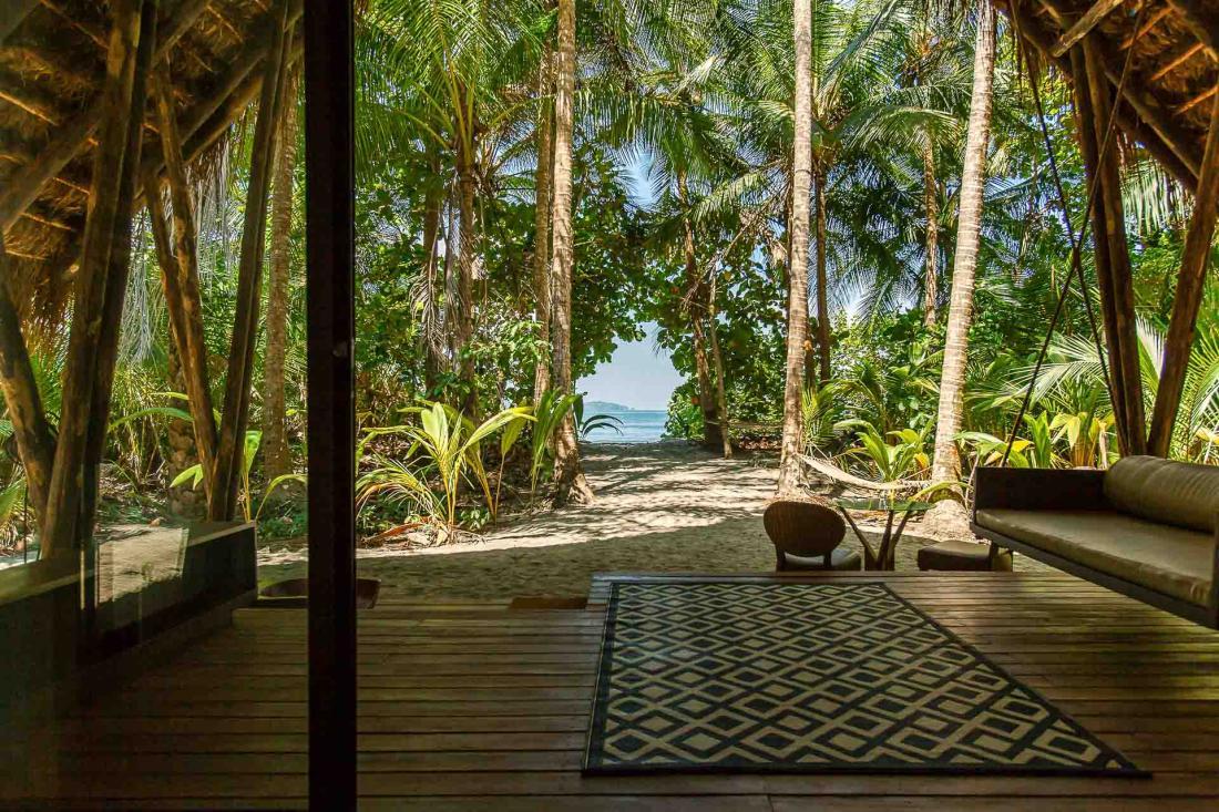 Une vaste terrasse privée, qui offre un cadre propice à se laisser bercer par les bruits de la nature.