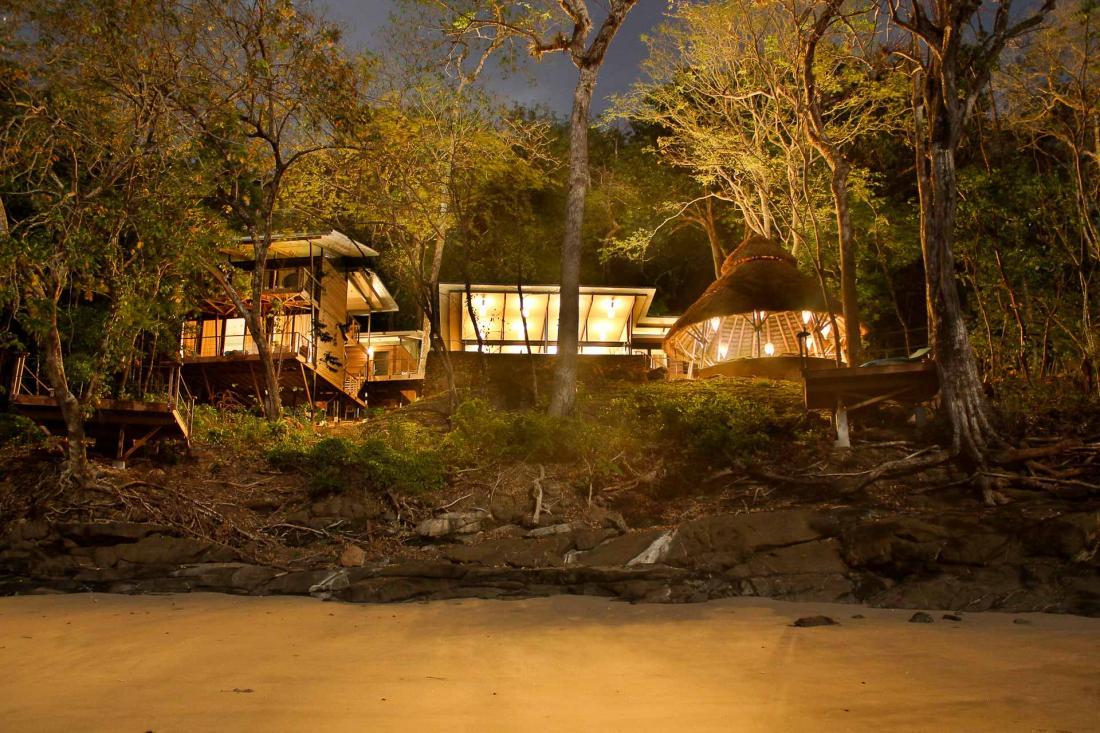 A la nuit tombée, la faune nocturne se réveille, et enveloppe la villa du bruissement de la jungle.
