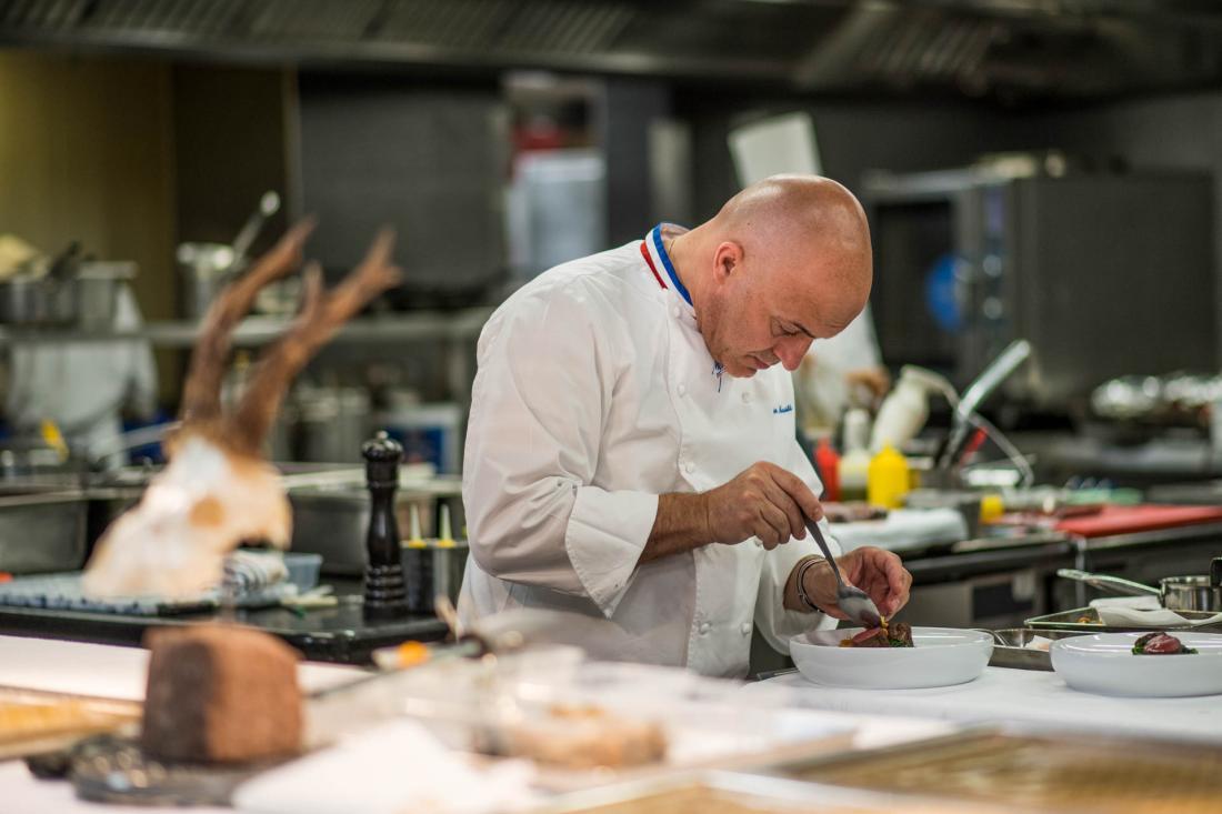 Le chef Olivier Nasti en cuisine