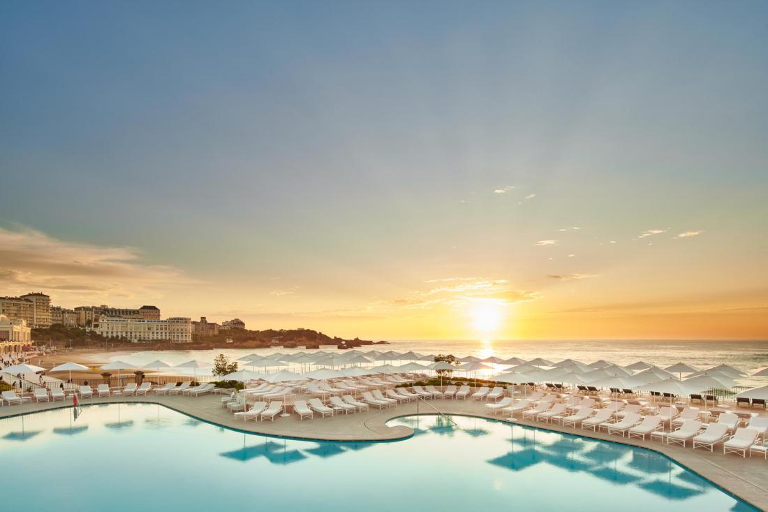La piscine californienne à l'eau de mer chauffée à 28°C surplombe l'océan