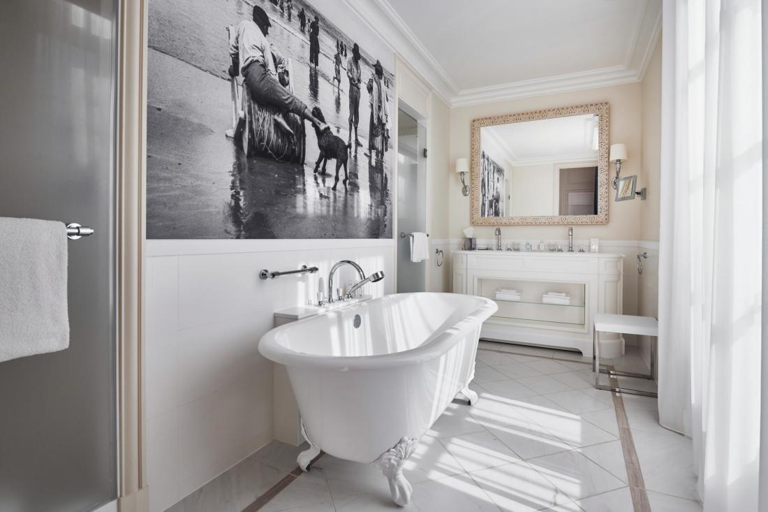La salle de bain de la Suite Ambassadeur