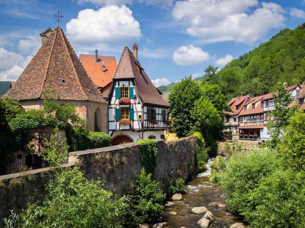 Le village de Kaysersberg en Alsace accueille des milliers de visiteurs pour son architecture, ses vignobles et son marché de Noël