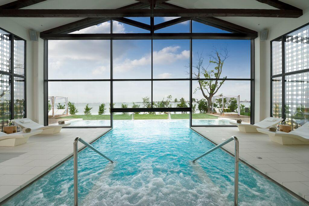 Venise jw marriott inaugure un luxueux resort sur une for Hotel avec piscine interieur