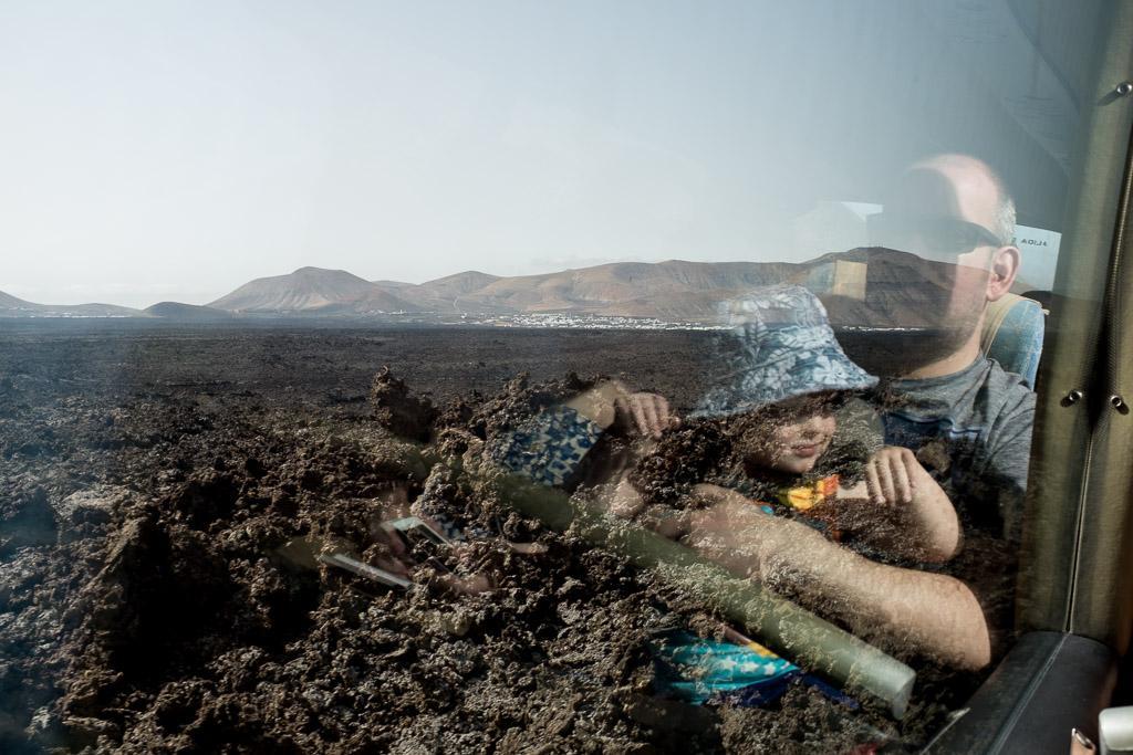 Pour protéger l'environnement volcanique fragile, la visite des «montagnes de feu» se fait uniquement dans un tour en bus. Parc de Timanfaya. Lanzarote.