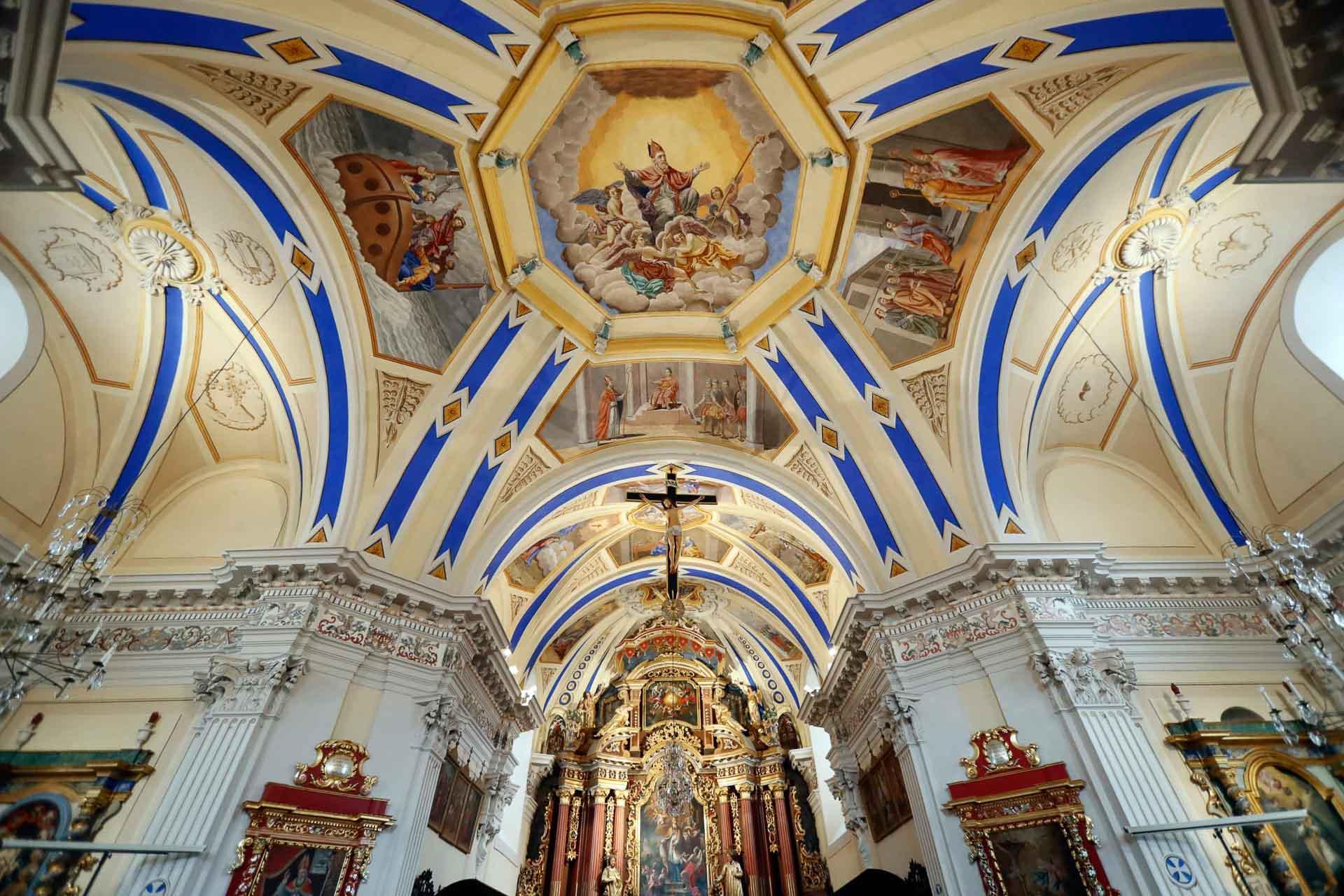 Saint-Nicolas-de-Véroce est un joyaux de l'art baroque alpin, caractérisé par un extérieur sobre et un intérieur éclatant de couleurs © Pascal Deloche