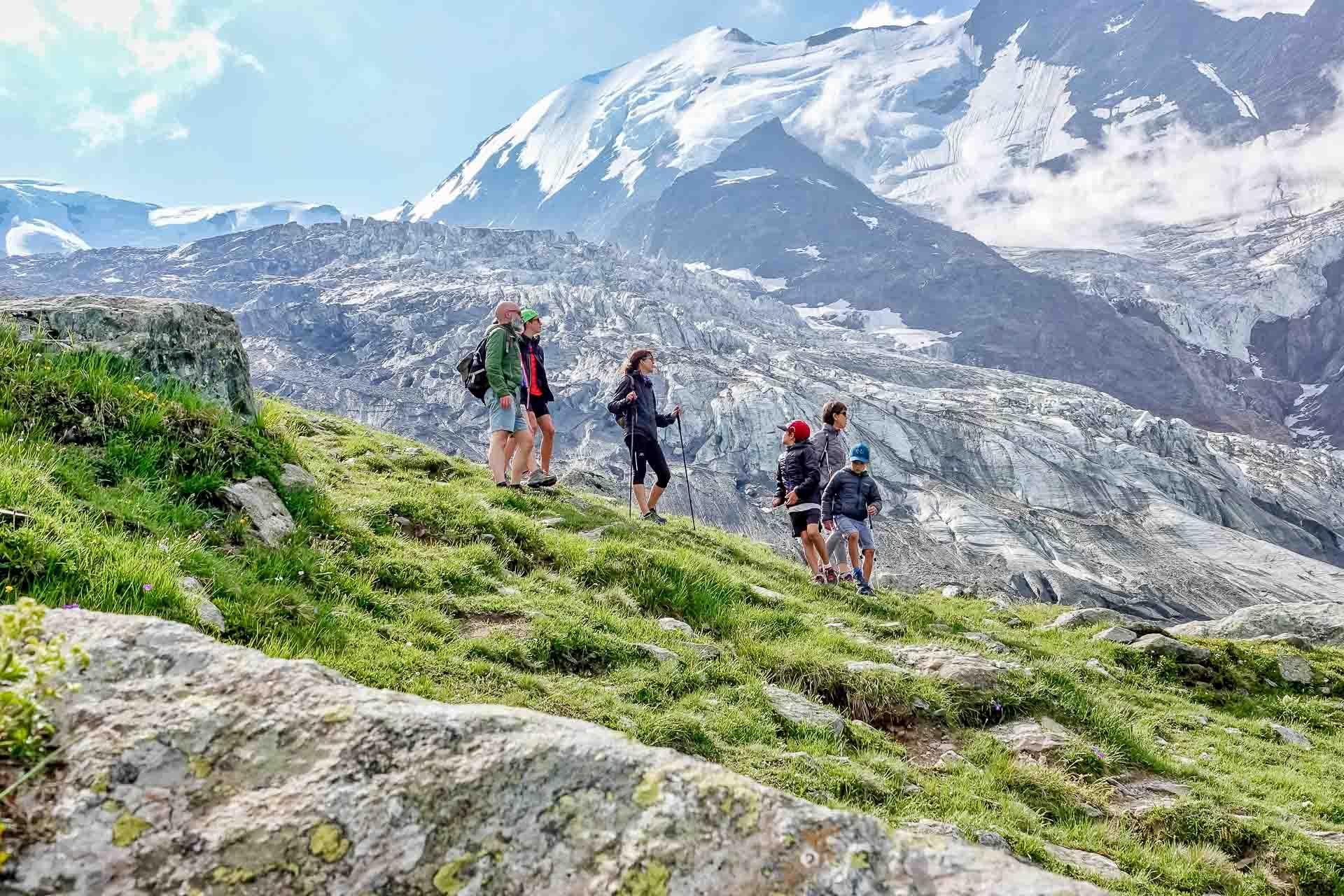 Même en été, la haute montagne et les glaciers, ici le glacier de Bionnassay, restent couvert de neige © Boris Molinier