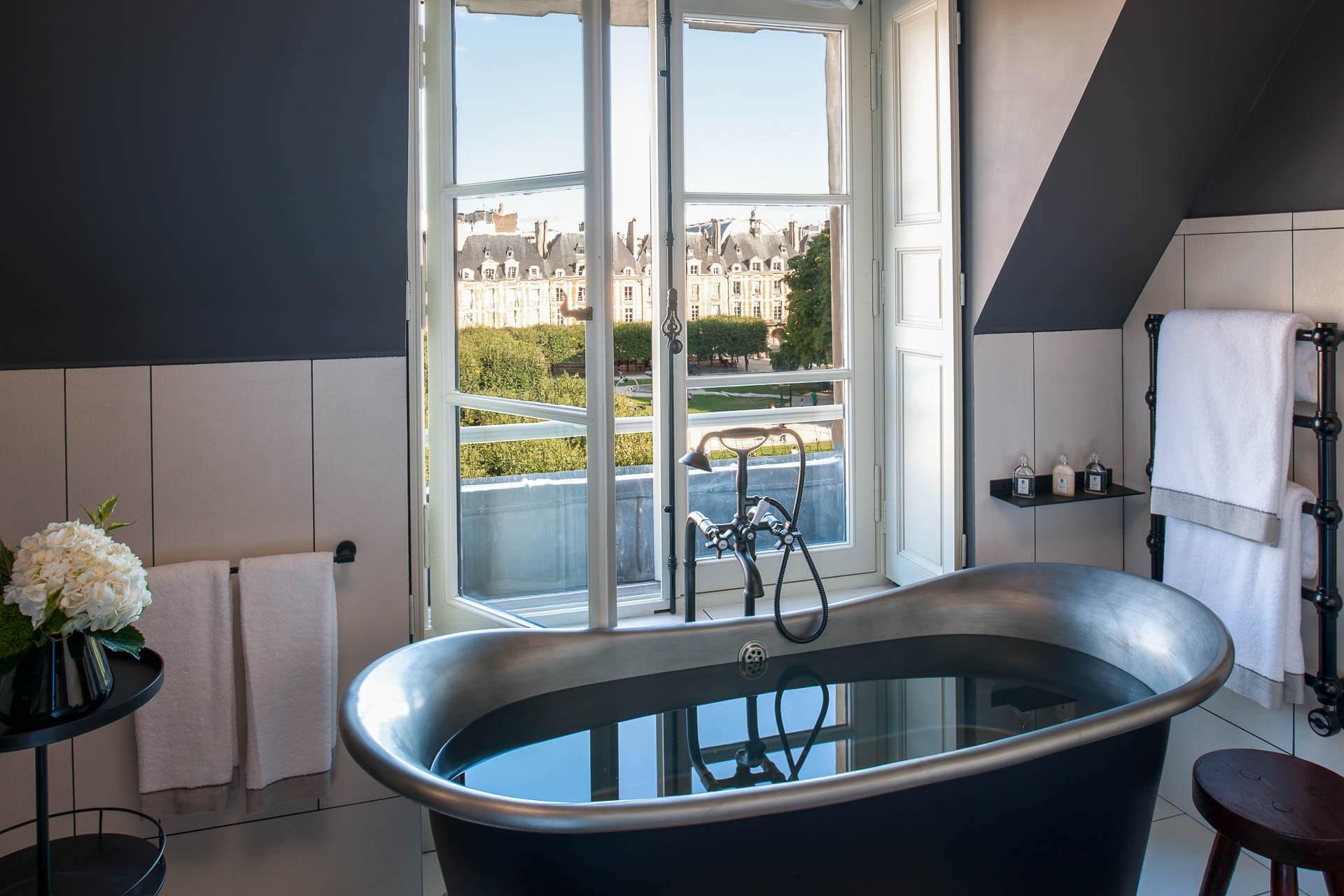 Prendre son bain face à la Place des Vosges © Gdelaubier