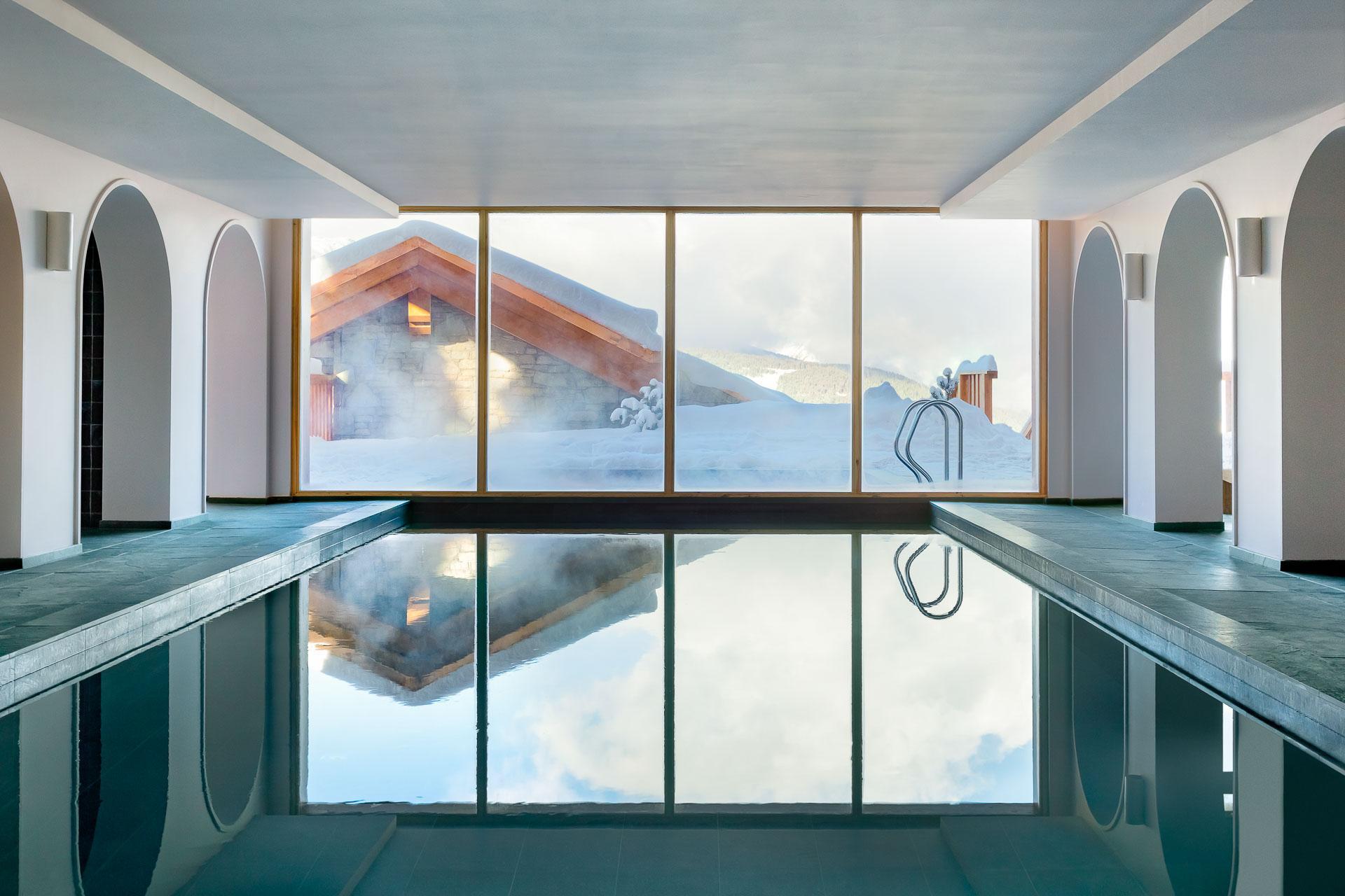 Le Coucou Méribel – La piscine adjacente au spa Tata Harper © Jérôme Galland