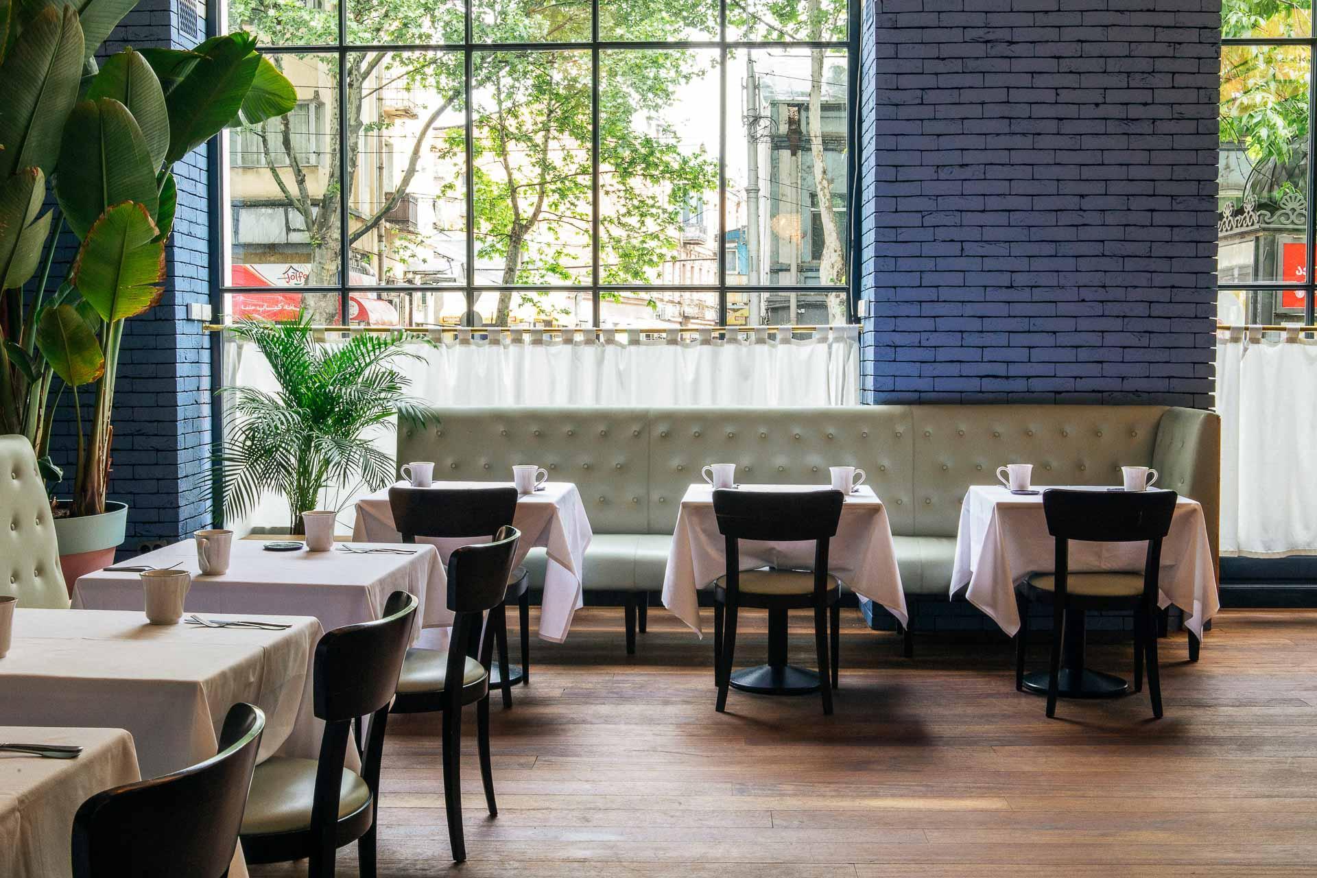 Le Café Stamba est le restaurant de l'hôtel. Il est essentiellement fréquenté par les locaux © DR