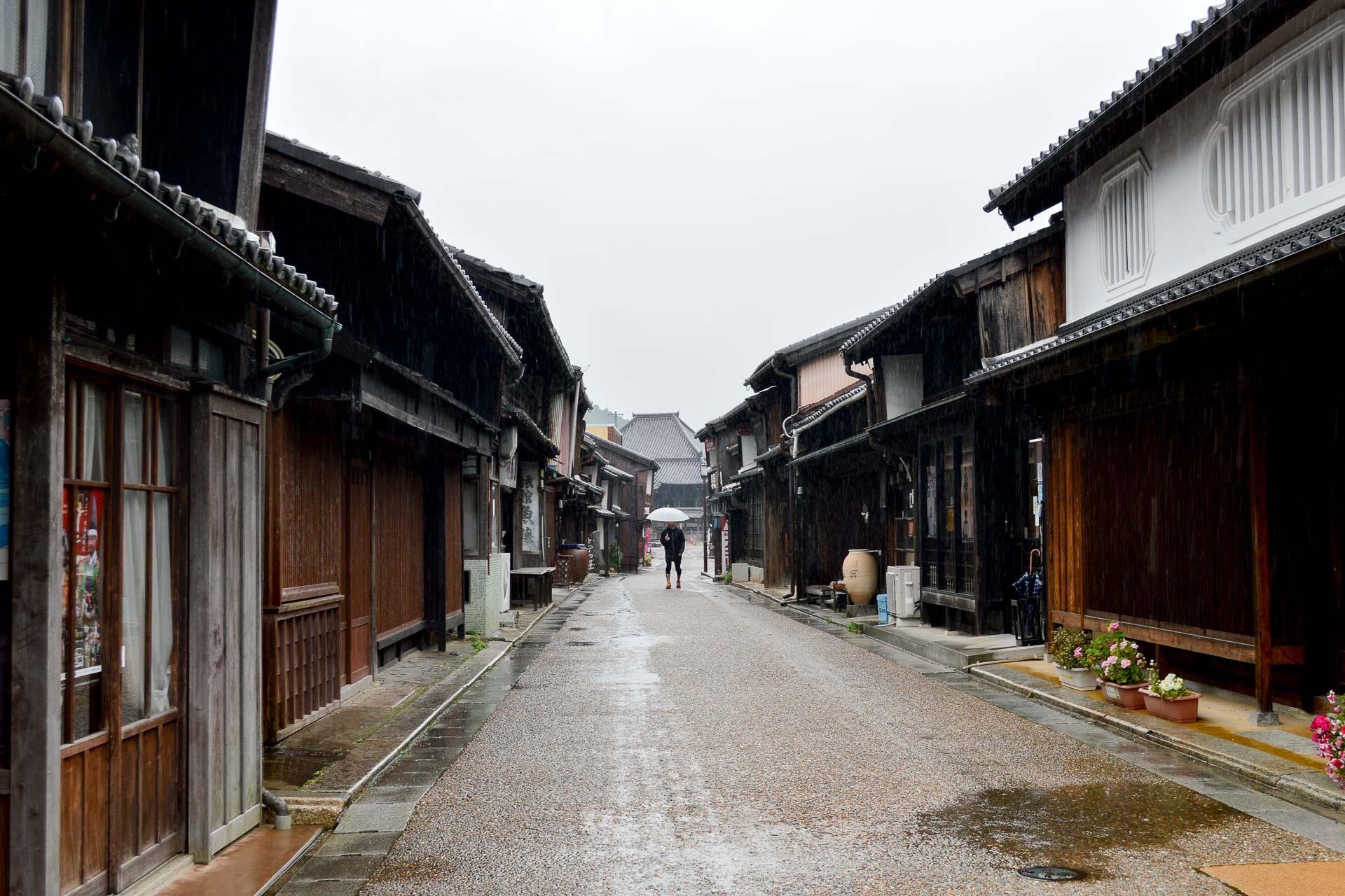 La pluie accentue les couleurs des maisons de plus de 400 ans qui bordent la rue principale.