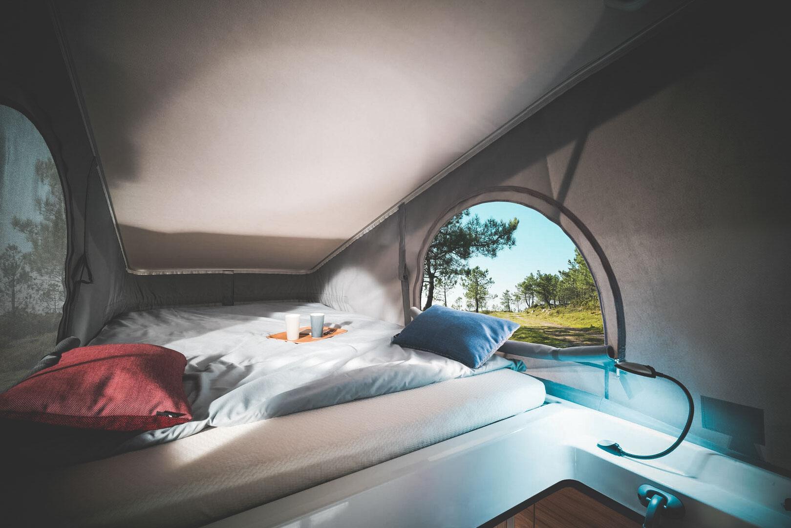 Un deuxième lit se trouve sur le toit pour admirer le paysage en hauteur © Nomadism