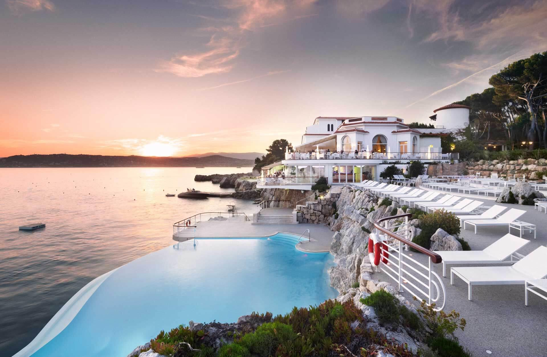 Coucher de soleil sur la piscine de l'Hôtel du Cap Eden Roc © DR