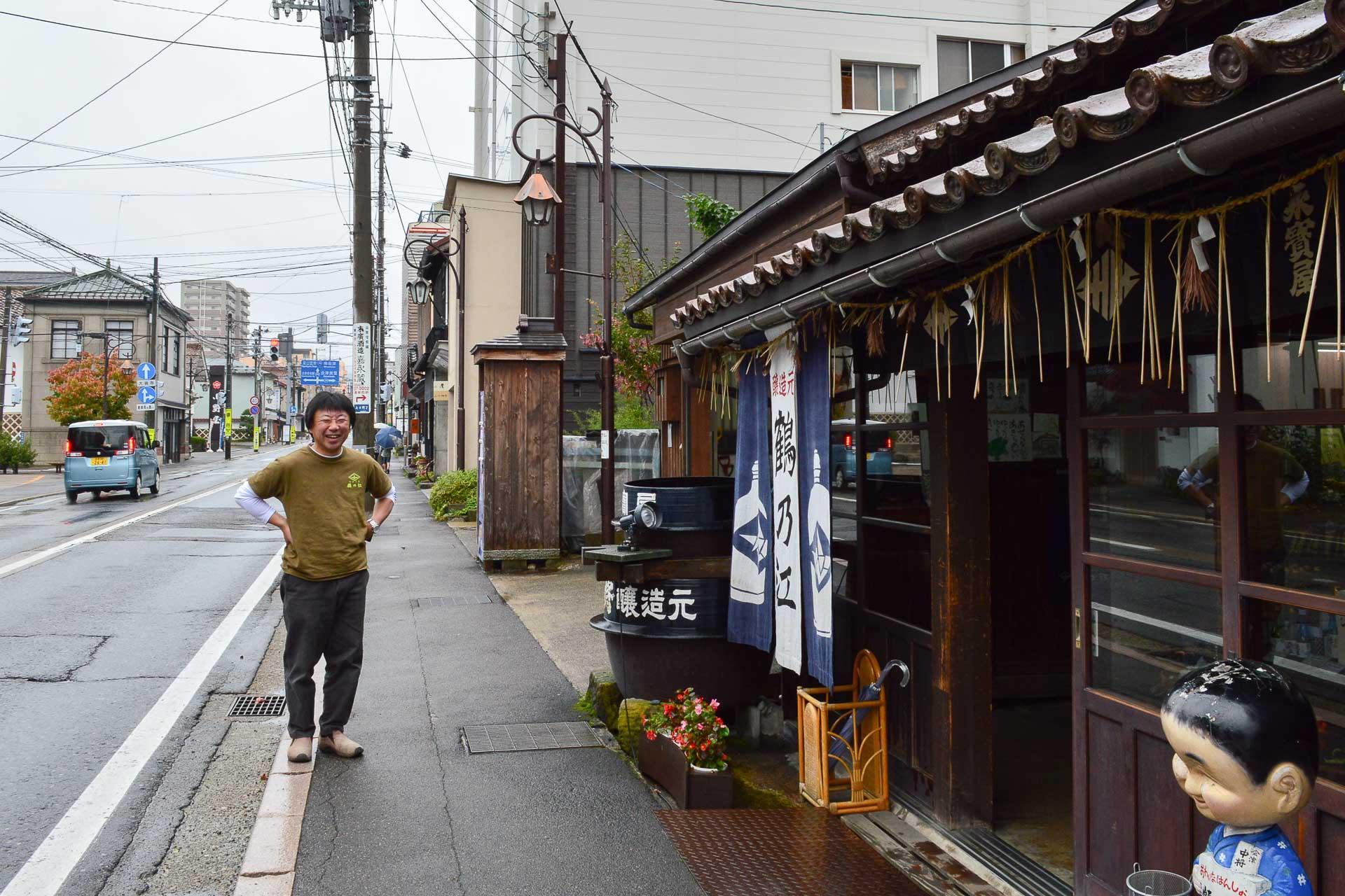 Monsieur Mukaï, brasseur de saké, devant le magasin Tsurunoe Shuzo.