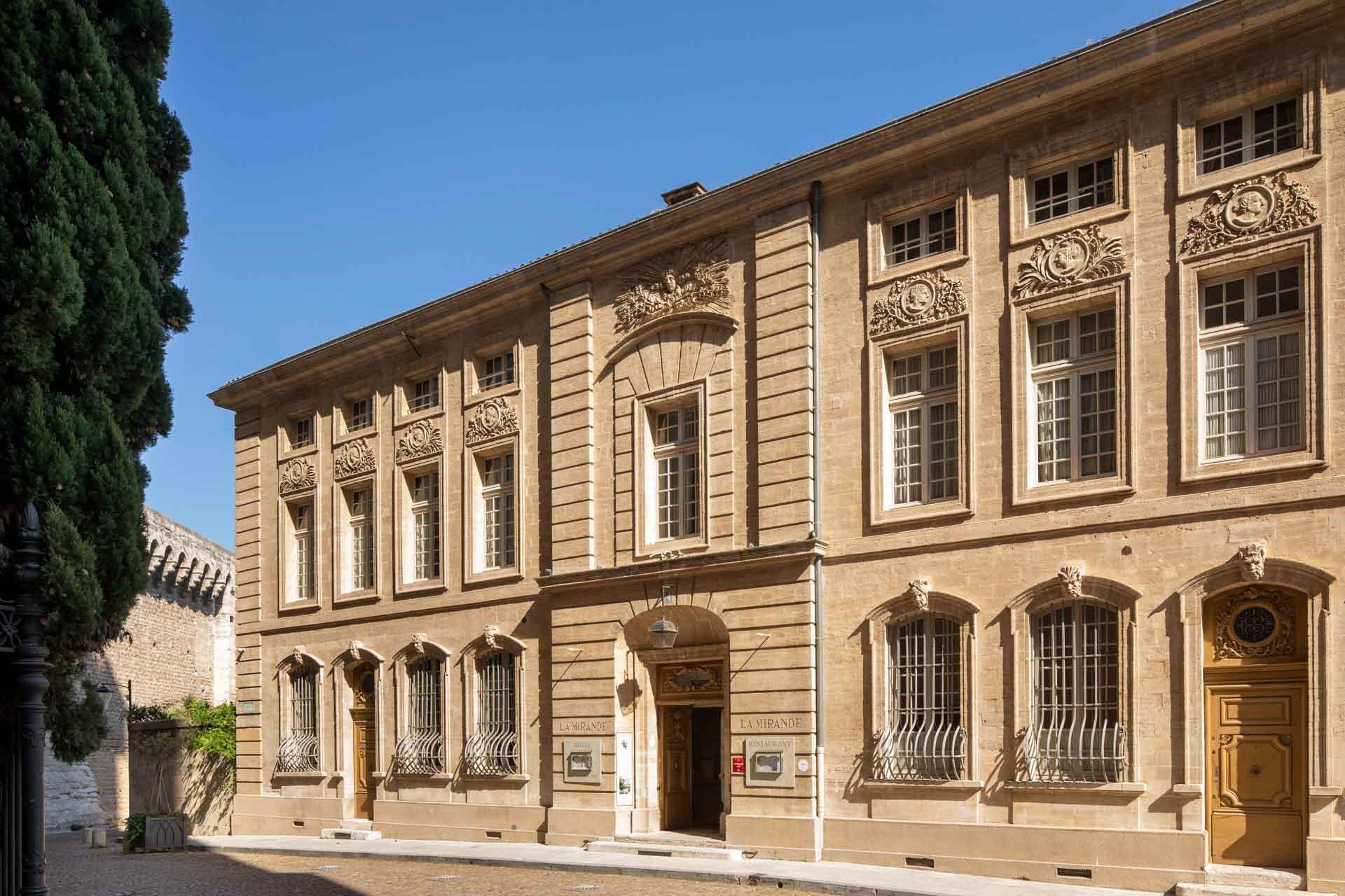 La façade de La Mirande, à l'ombre du Palais des Papes © Christophe Bielsa