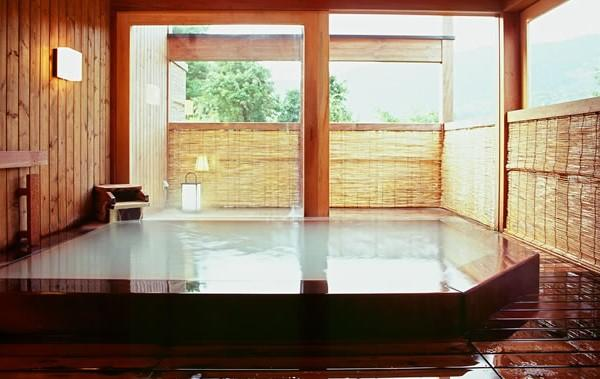 Zao Onsen Kinosato : le bain extérieur aux eaux thermales blanches et soufrées © DR