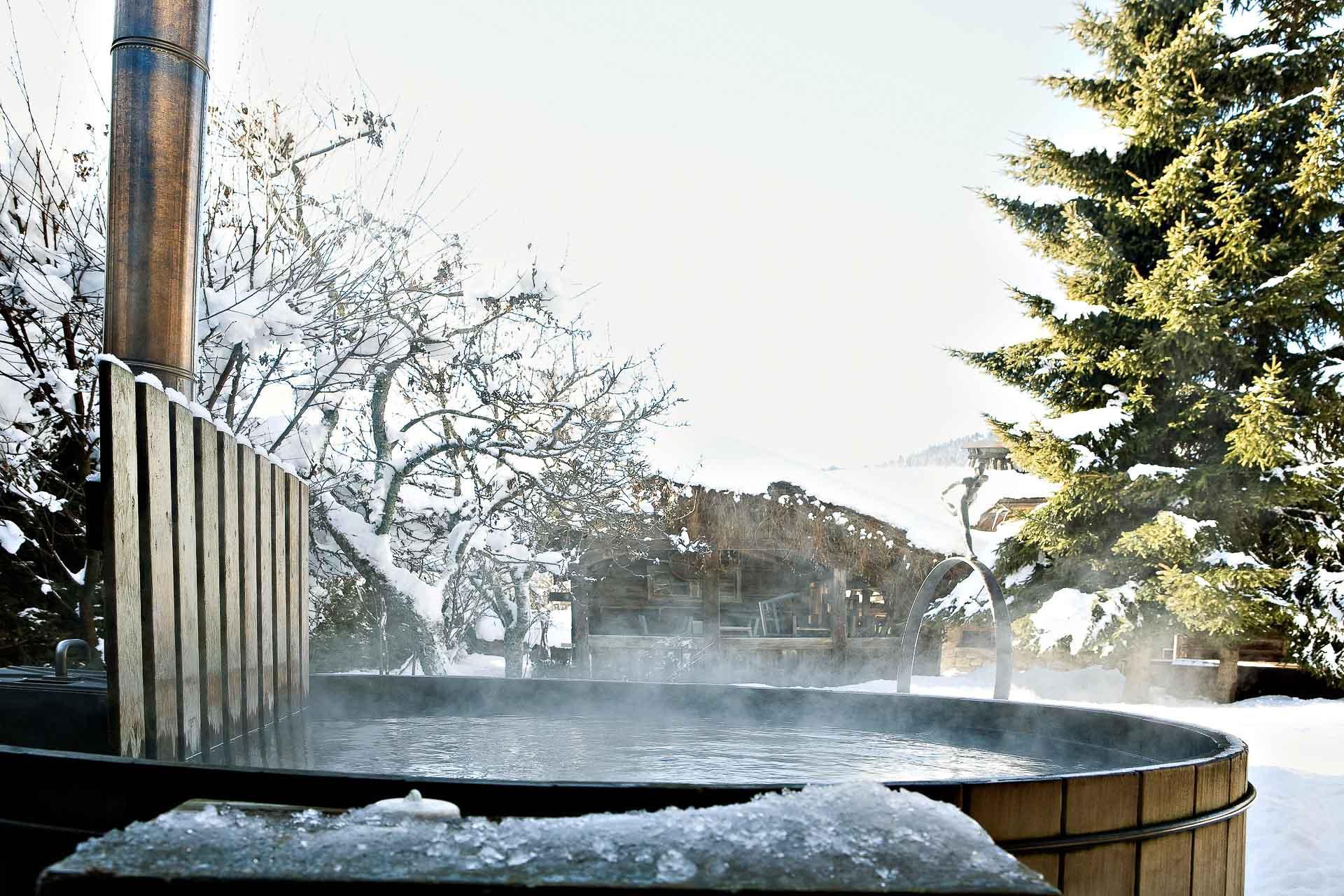 Le spa se poursuit à l'extérieur dans de grandes cuves en bois. © Les Fermes de Marie - L. Di Orio, MPM, T. Shu et DR