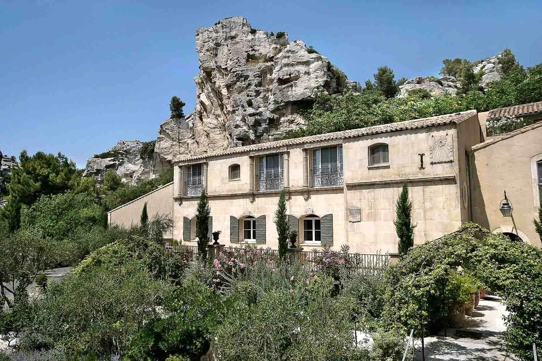 Baumanière, sous les pitons rocheux des Baux de Provence © L. Parrault