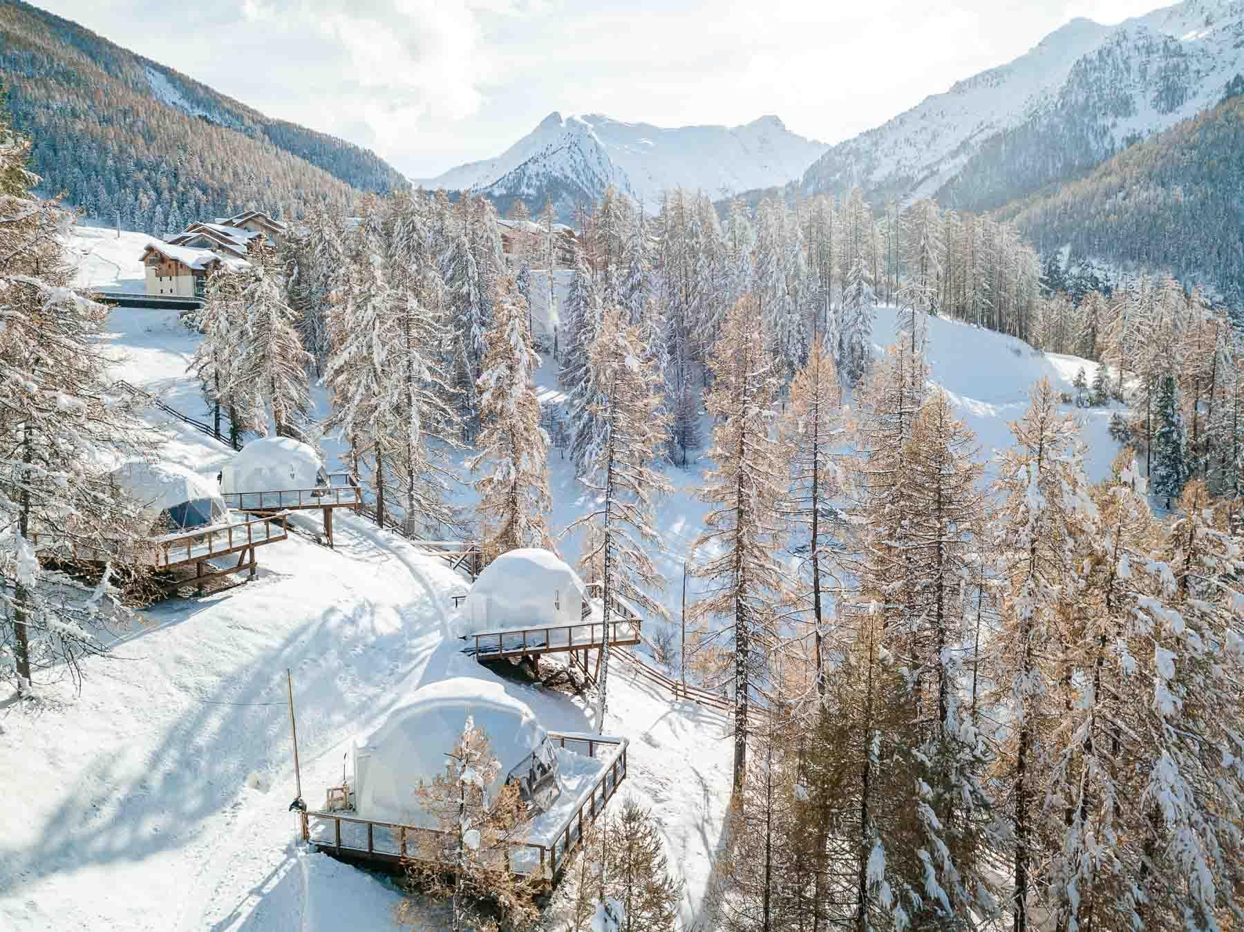 Dans la station de Les Orres, l'hébergement insolite Alpin D'Hôme domine la vallée © Les Orres