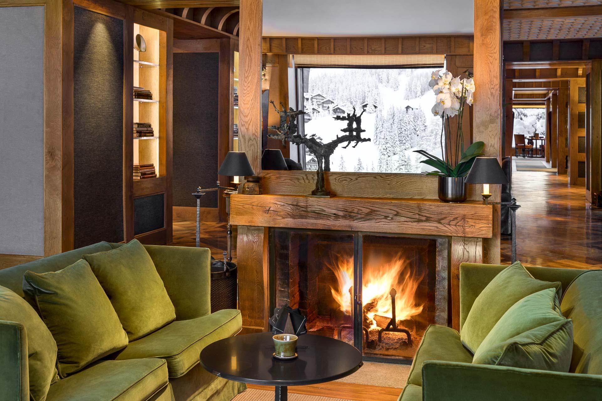 Aman Le Mélézin - Feu de cheminée dans les salons de l'hôtel© Aman