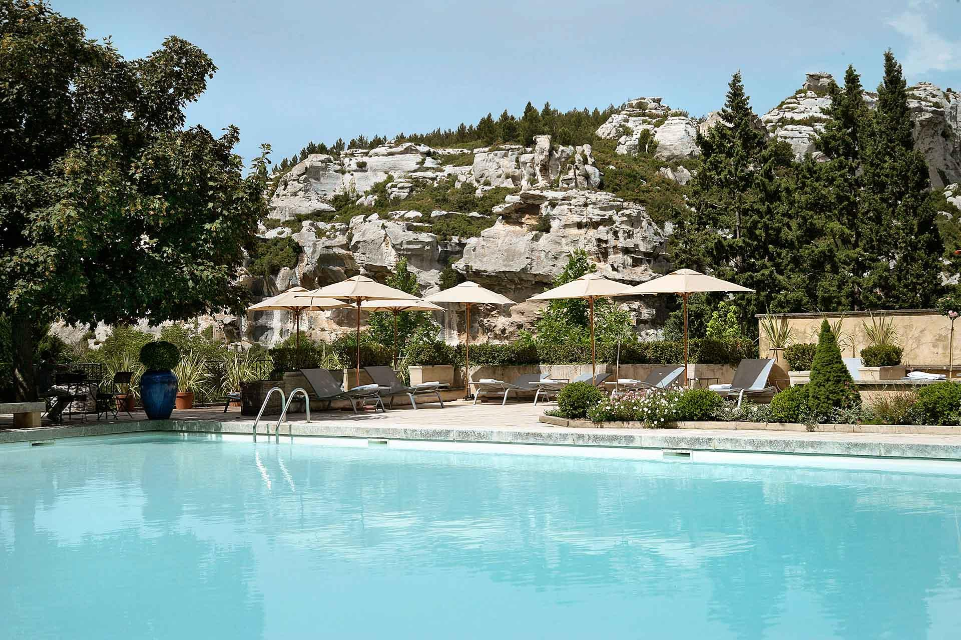 La piscine de Baumanière, entourée des roches suggestives des Alpilles © L. Parrault
