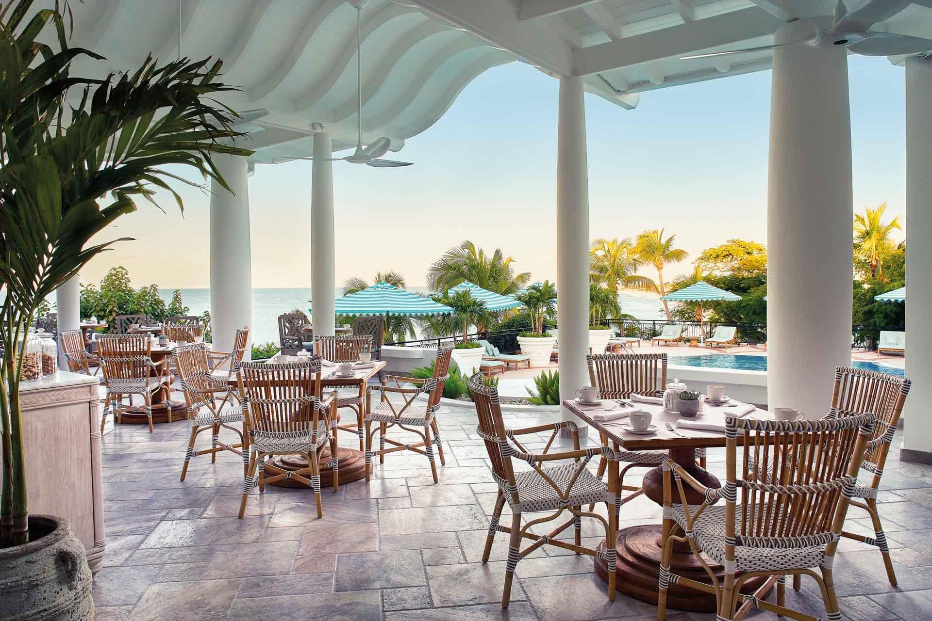 Le restaurant au bord de la piscine du Belmond La Samanna © Belmond Hotels