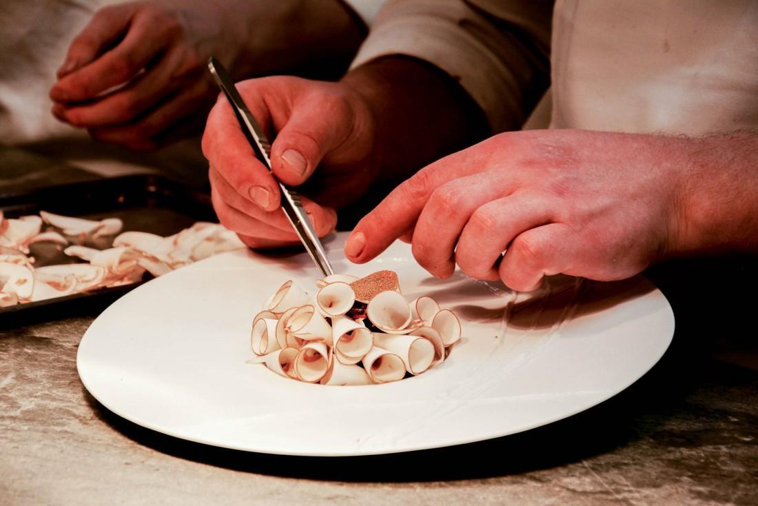 """Laurent Petit prépare """"L'envolée de champignons de Savoie"""" au Clos des Sens © Emmanuel Laveran"""