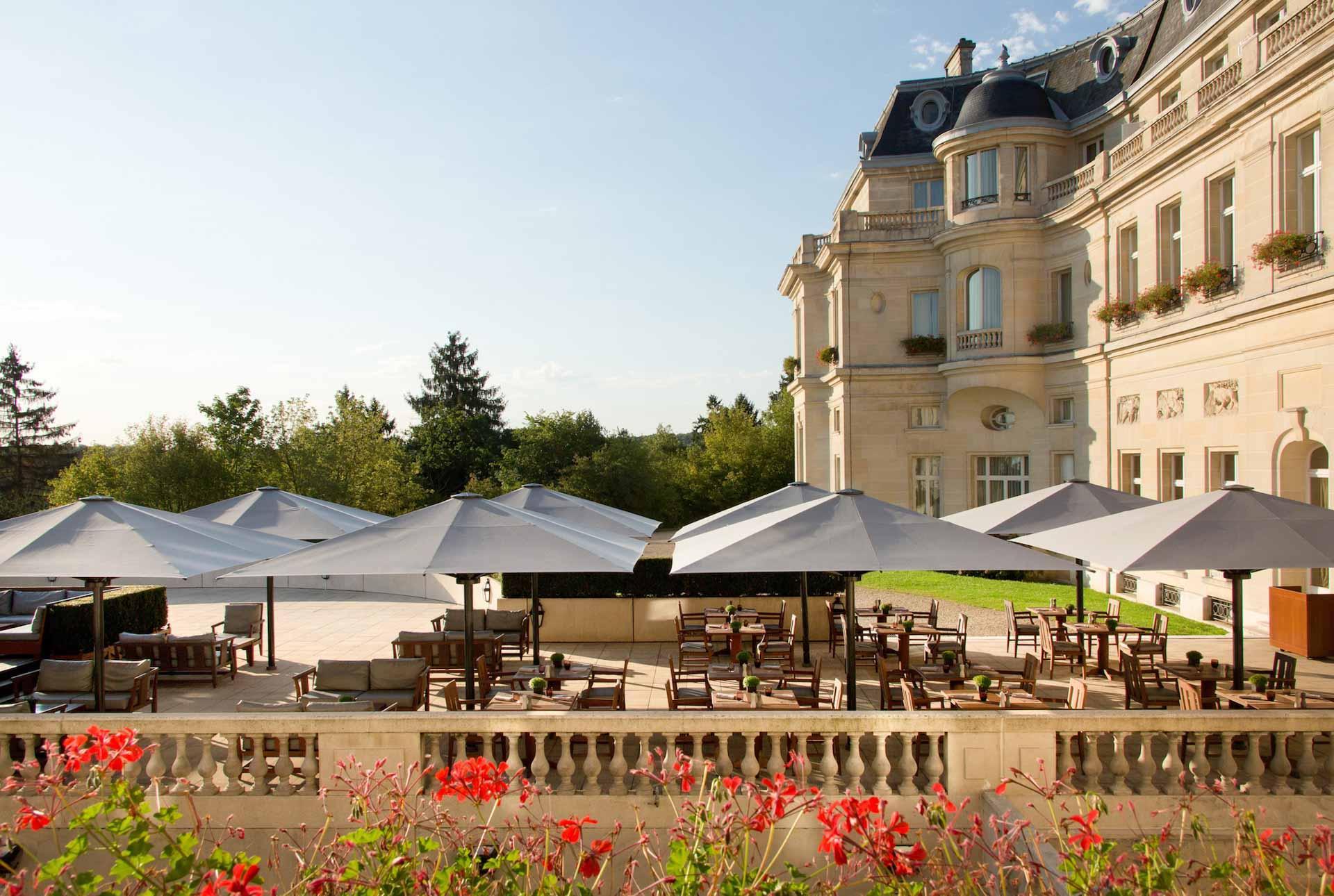La terrasse fleurie du Château Hôtel Mont Royal Chantilly © Château Hôtel Mont Royal Chantilly