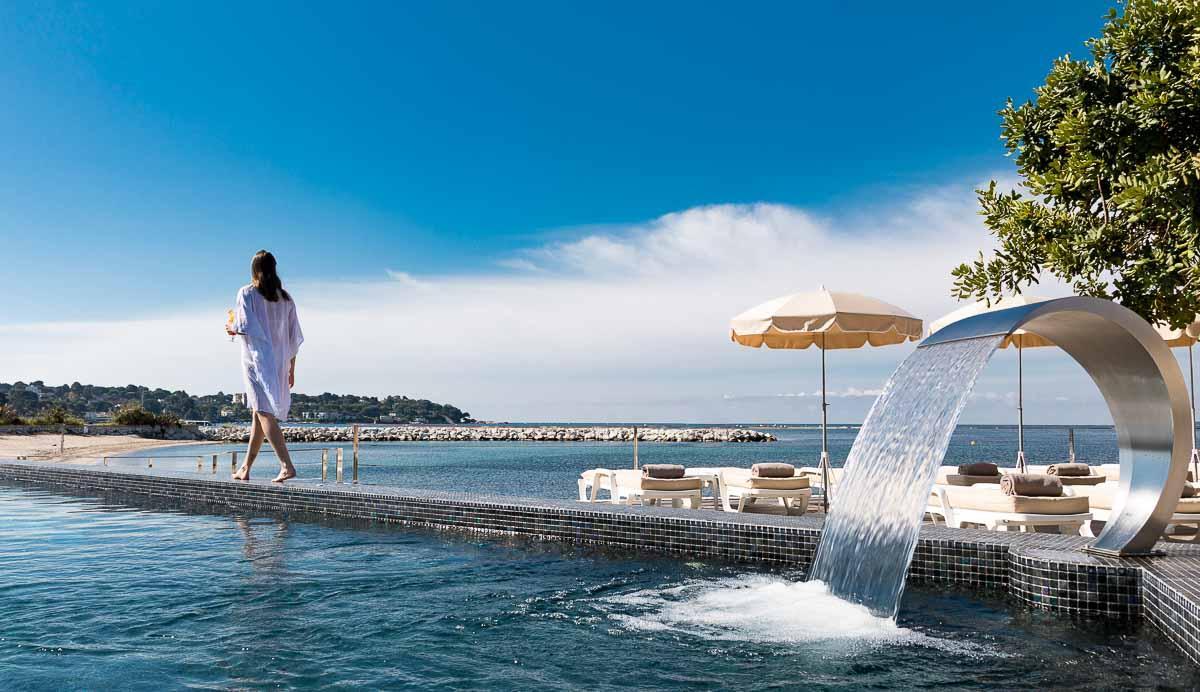 Le choix est cornélien entre la piscine chauffée et la Méditerranée © Cap d'Antibes Beach Hotel