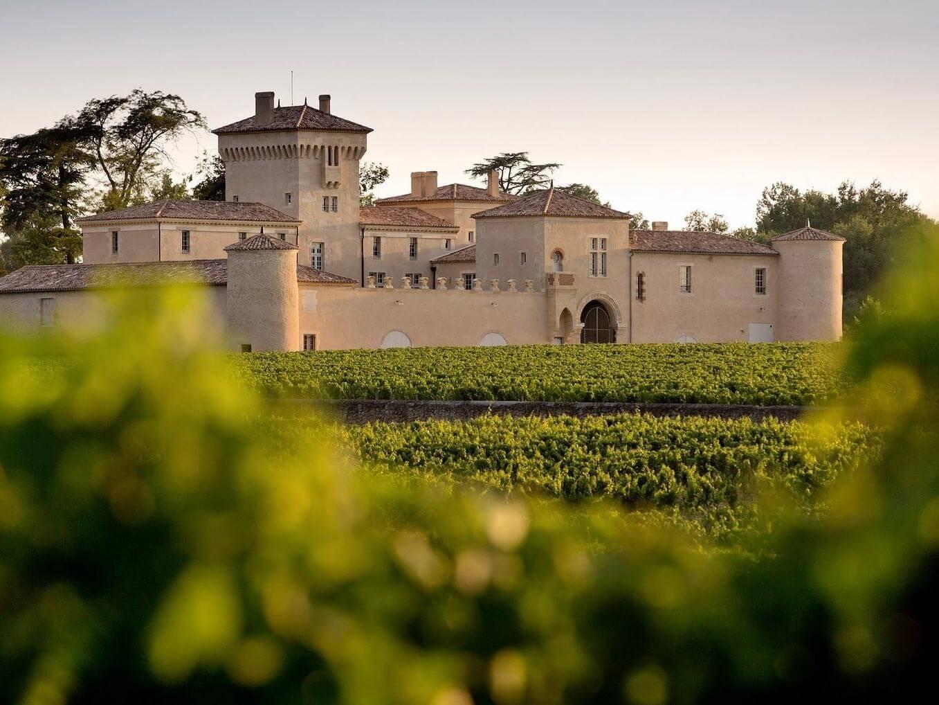 Le Château Lafaurie Peyraguey au milieu des vignes de Bordeaux © Deepix