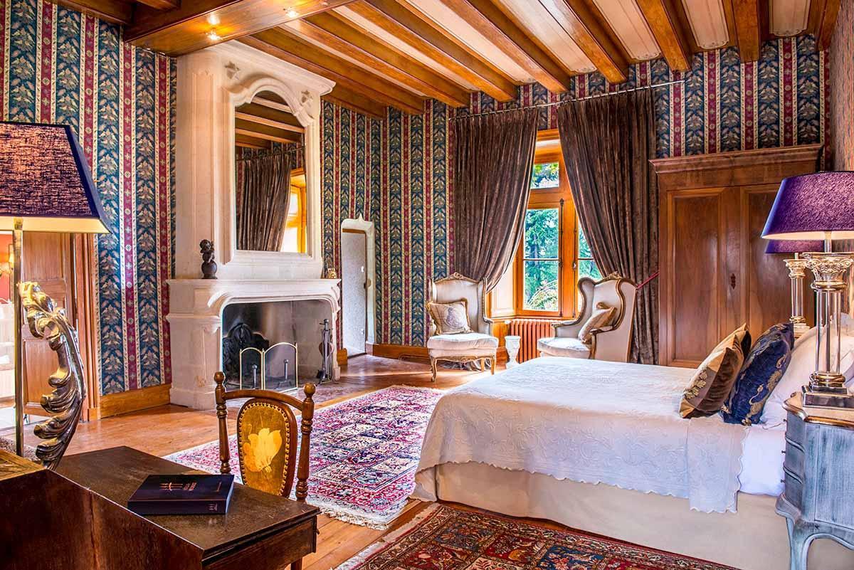 Occuper une chambre luxe au Château de l'Epinay est une véritable plongée dans l'histoire © DR