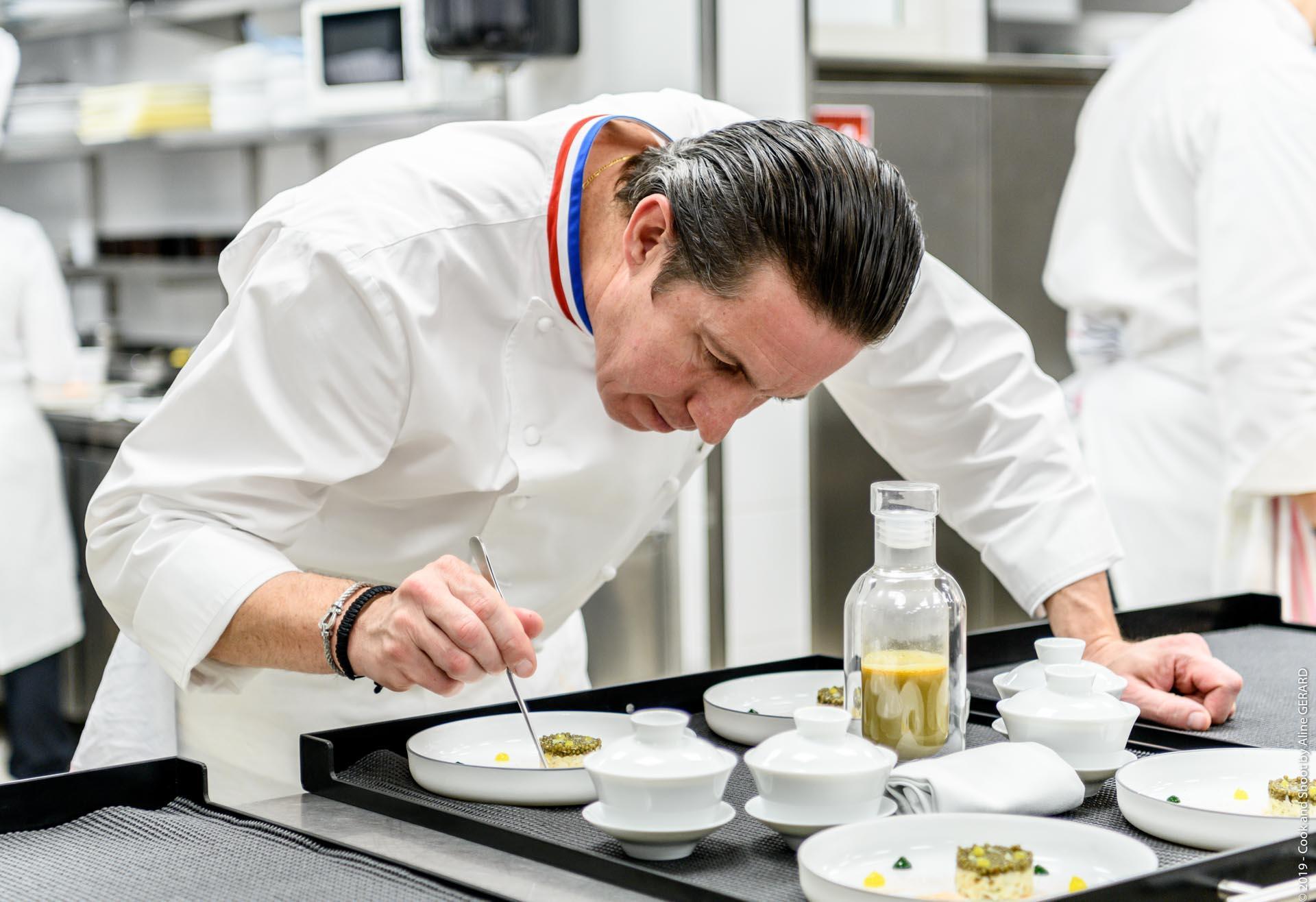 Le chef Christophe Bacquié dans les cuisines de son restaurant éponyme au Castellet © Liveandshoot2020